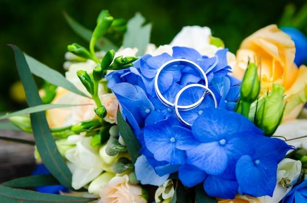 Para obrączek ślubnych na bukiecie ślubnym