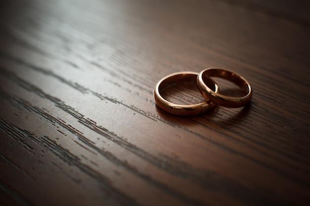 Para obrączek ślubnych na drewnianym stole