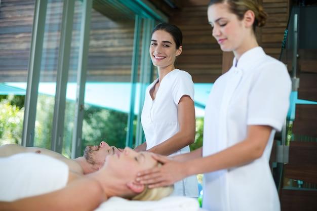 Para odbiera masaż głowy od masażysty