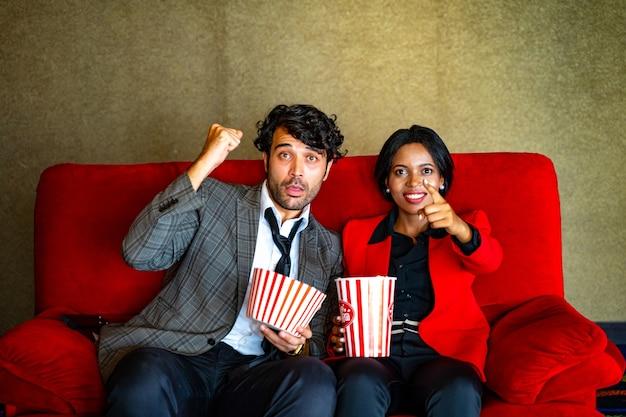 Para ogląda film, czuje się szczęśliwa i relaksuje się w kinie