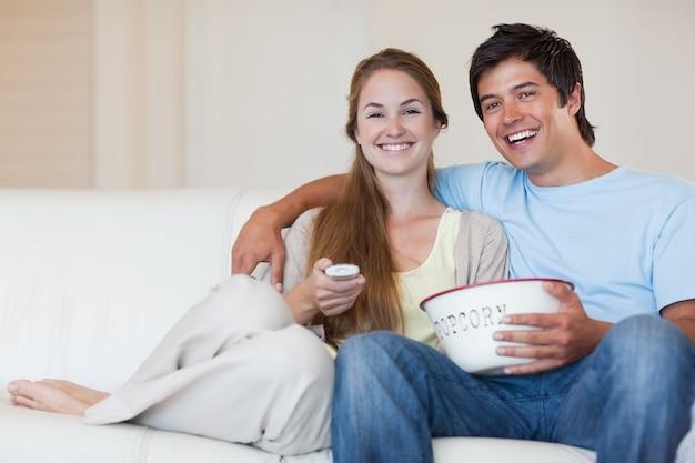Para oglądania telewizji podczas jedzenia popcornu