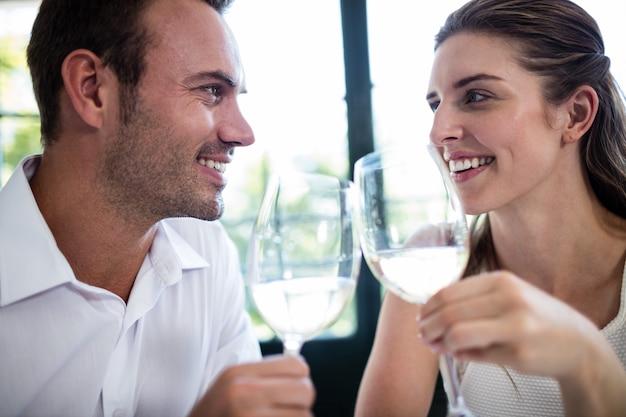 Para opiekania kieliszki do wina przy stole jadalnym
