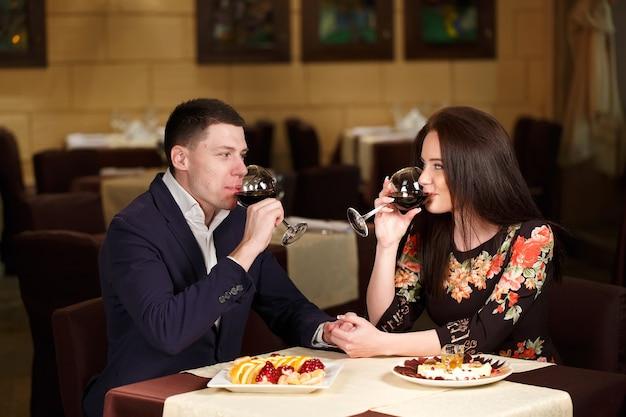 Para opiekania kieliszków do wina w luksusowej restauracji