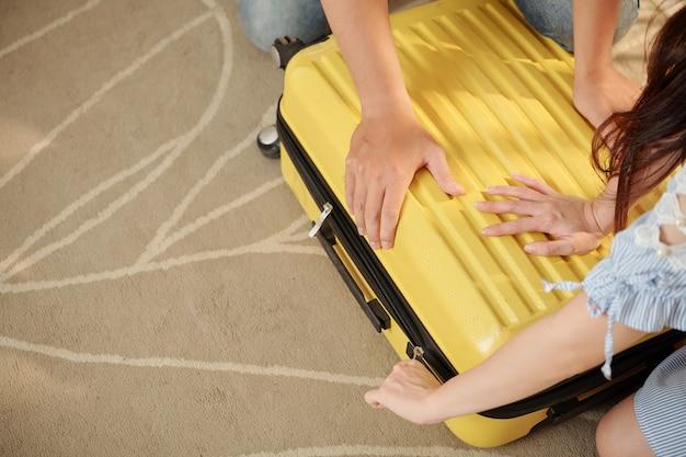 Para otwierająca walizkę