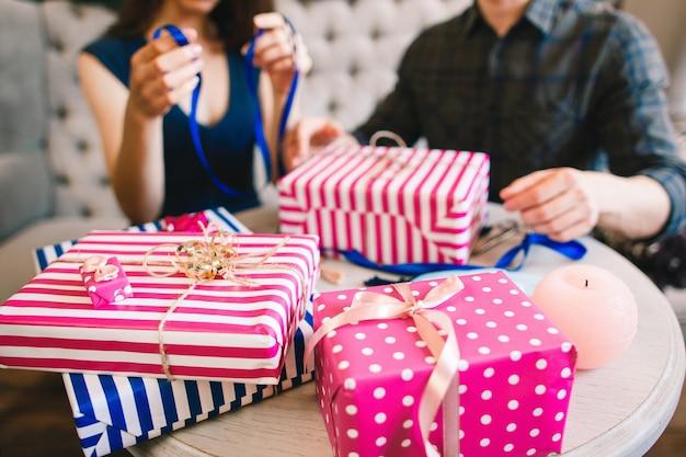 Para pakująca prezenty dla rodziny i przyjaciół.
