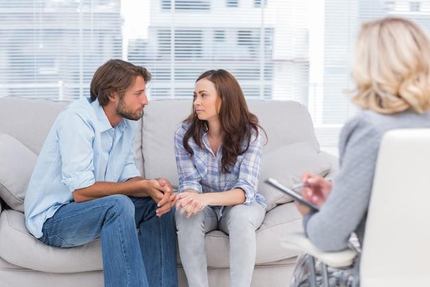 Para patrząc na siebie podczas sesji terapeutycznej