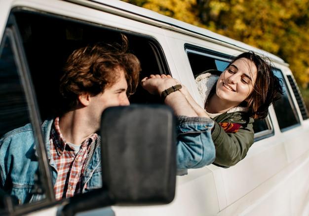 Para patrząc na siebie z furgonetki