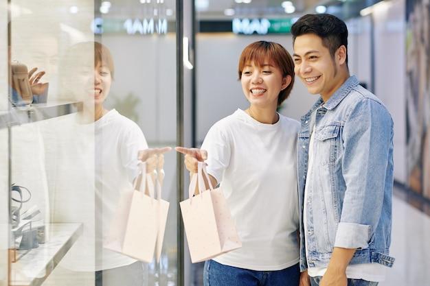 Para patrząc na witryny sklepowe