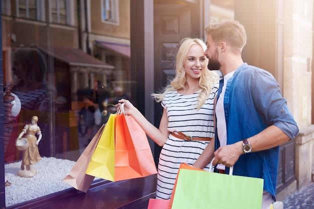 Para patrząc na zakupy w oknie