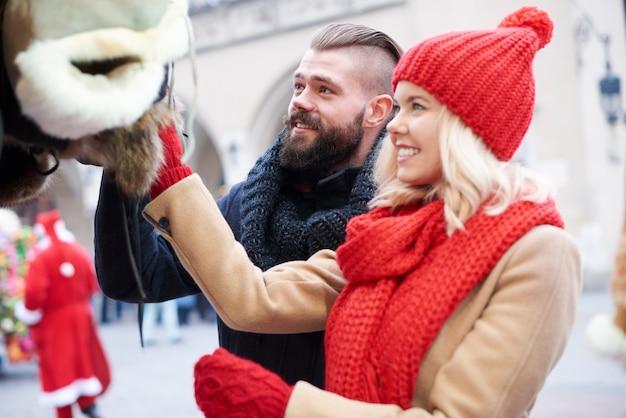 Para patrząc na zimowe ubrania