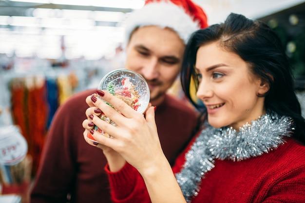 Para patrzy na kuli ziemskiej w supermarkecie