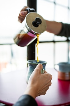 Para pijąca kawę przed wyjazdem do pracy