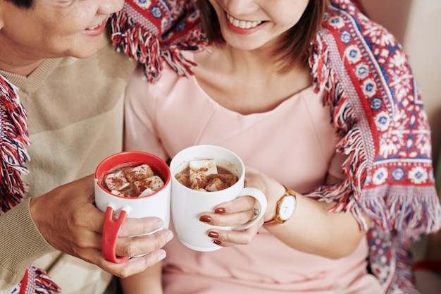 Para pije słodkie kakao