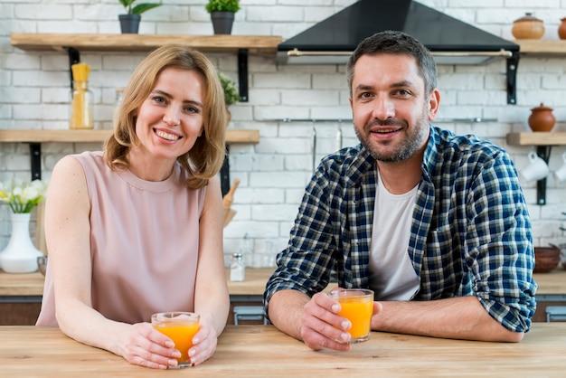 Para pije sok pomarańczowy