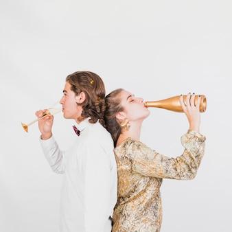 Para pije szampana przy przyjęciem