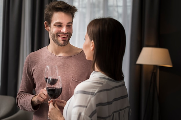 Para pije wino w domu
