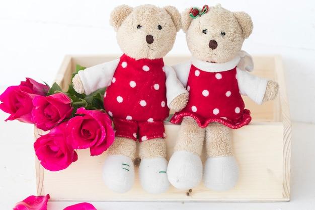 Para pluszowego misia z różanymi kwiatami w stylu pocztówki