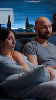 Para po cierpieniu z powodu tragicznej utraty rodziny, odczuwająca frustrację