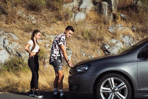 Para podnosząca maskę samochodu