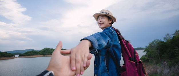 Para podróżników mężczyzna i kobieta podążają trzymając się za ręce w kang kra chan national park tajlandia