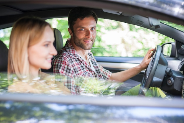 Para podróżująca samochodem na wakacje
