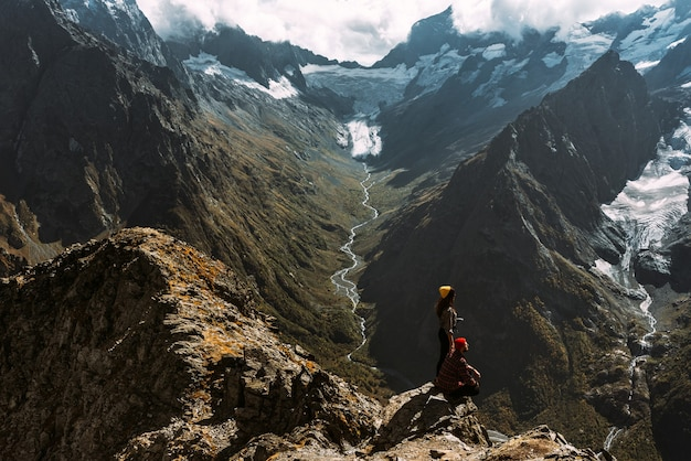 Para podróżuje przez góry kaukazu. zakochana para w górach kaukazu. mężczyzna i kobieta w podróży. spacer po górach. piesze wycieczki po górach. panorama. skopiuj miejsce