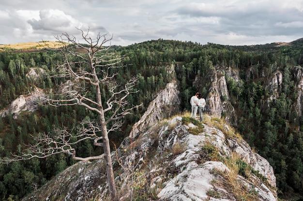 Para podróżuje przez góry. para zakochanych w górach. mężczyzna i kobieta w podróży. spacer po górach. miłośnicy relaksu na łonie natury. wędrówki po górach.