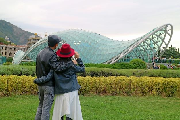 Para podziwia oszałamiający widok na most pokoju, wyjątkowy punkt orientacyjny tbilisi w stanie georgia