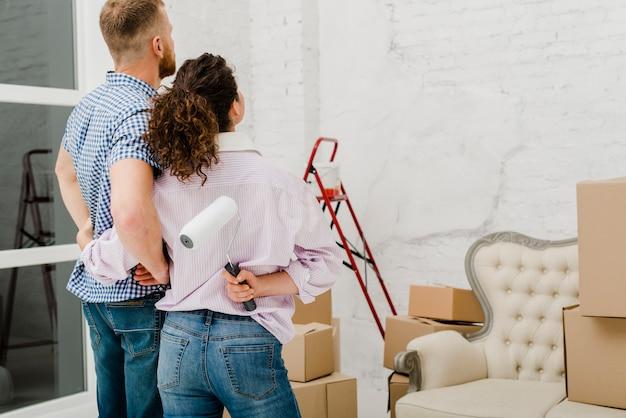 Para podziwiająca renowację