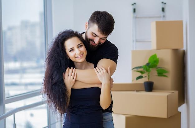 Para pokazano klucze do nowego domu przytulanie