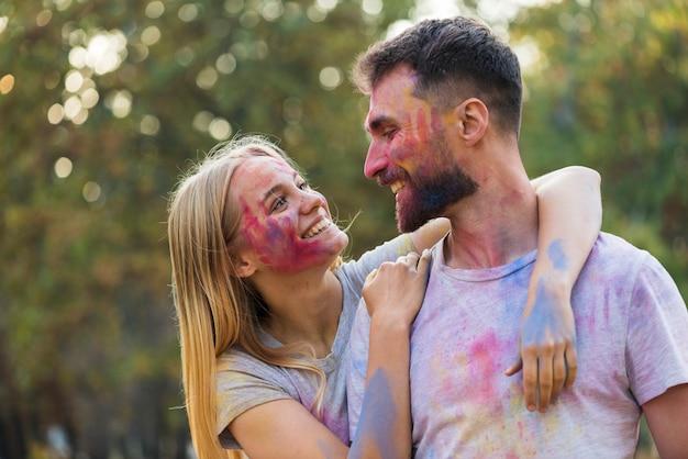 Para pokazuje uczucia przy holi festiwalem