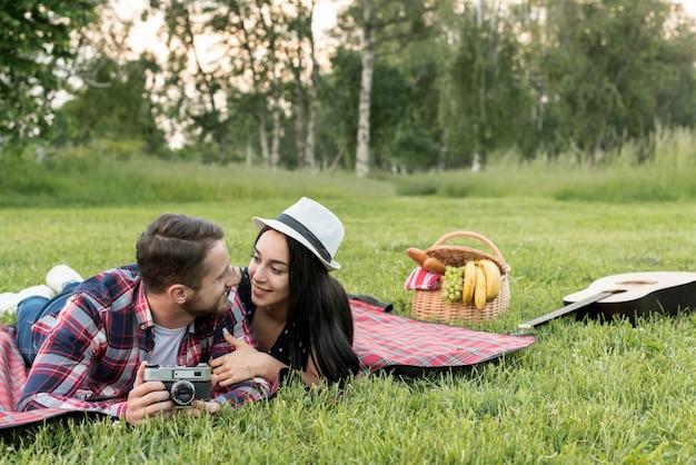 Para pozuje na koc piknikowy