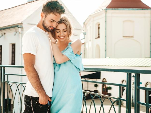 Para pozuje na ulicy przytulanie