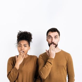 Para pozuje podczas gdy patrzejący zaskakujący