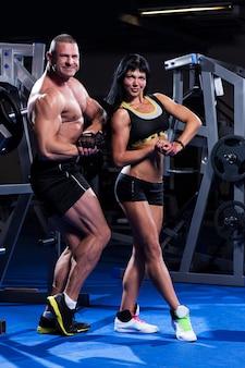 Para pracująca na siłowni