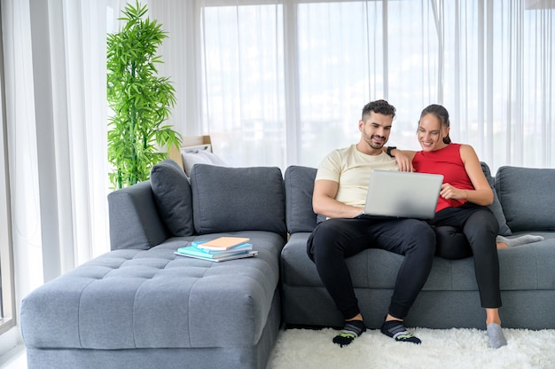 Para pracująca w domu razem ze szczęściem i dobrymi emocjami