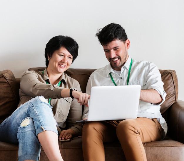 Para pracuje na laptopie
