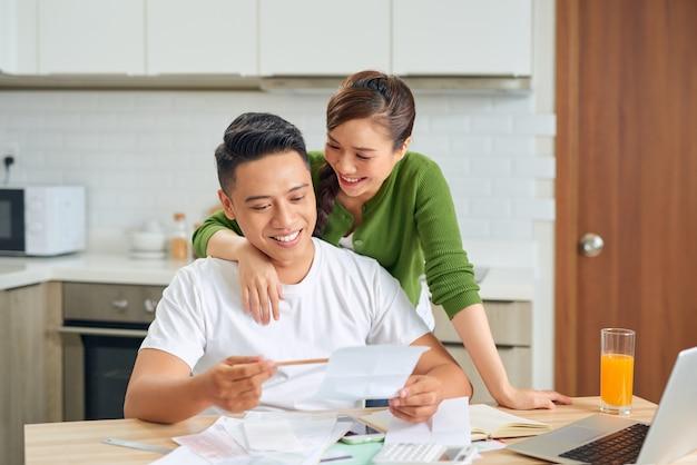 Para pracuje nad finansami w domu