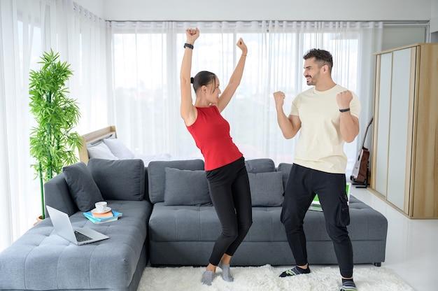 Para pracuje w domu razem z radością i dobrymi emocjami