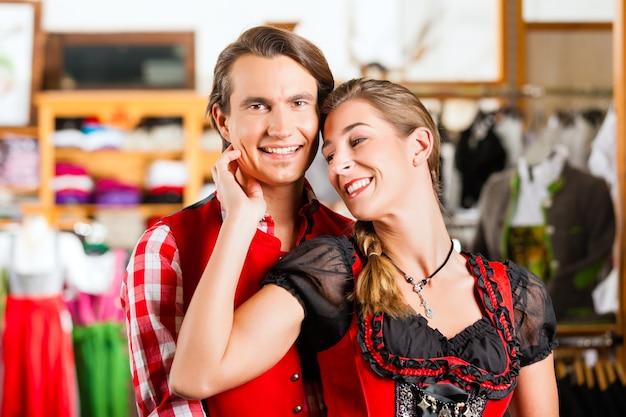 Para próbuje dirndl lub lederhosen w sklepie