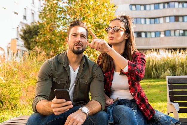 Para próbuje uzyskać orientację za pomocą smartfona