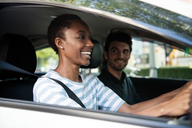 Para prowadząca samochód