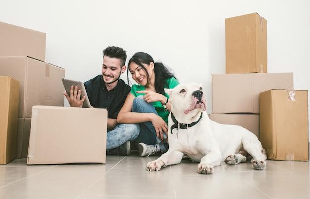 Para przenosi nowy dom i sprawdza rozwiązania w internecie