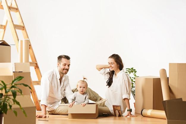 Para przenosi się do nowego domu - szczęśliwi małżonkowie kupują nowe mieszkanie, aby razem zacząć nowe życie