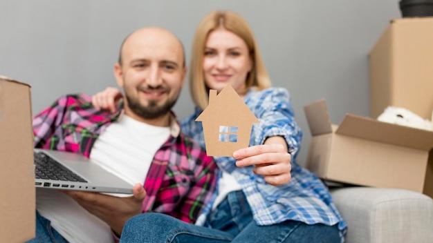 Para przeprowadza się do nowego domu