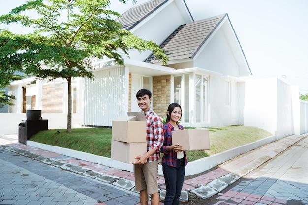 Para przeprowadzka do nowego domu z tektury