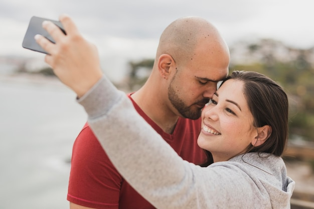 Para przy nadmorski bierze selfie