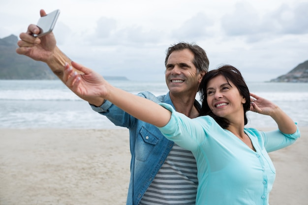 Para przy selfie na plaży