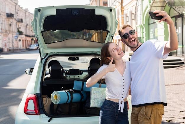 Para przy selfie przed podróżą