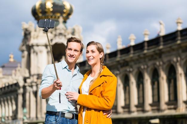 Para przy zwinger w drezdeńskim bierze selfie
